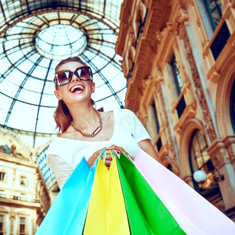Ευτυχής γυναίκα με τις τσάντες αγορών σε Galleria Vittorio Emanuele στοκ φωτογραφία με δικαίωμα ελεύθερης χρήσης