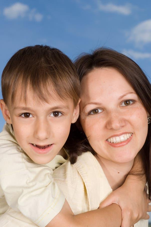 Ευτυχής γυναίκα με το γιο στοκ εικόνα