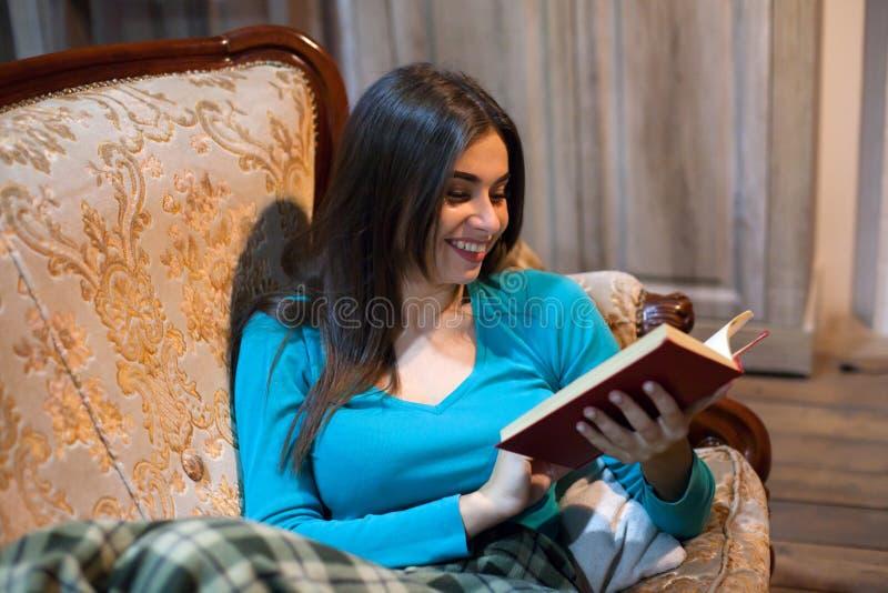 Ευτυχής γυναίκα με το κόκκινο βιβλίο στοκ φωτογραφία με δικαίωμα ελεύθερης χρήσης