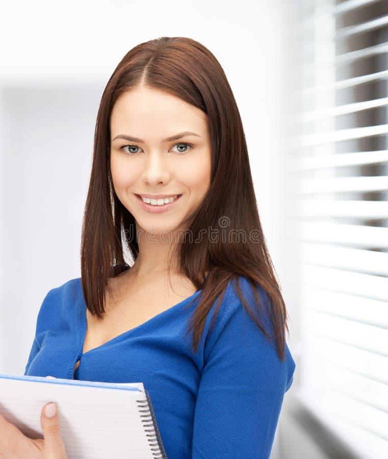 Ευτυχής γυναίκα με το μεγάλο σημειωματάριο στοκ εικόνα με δικαίωμα ελεύθερης χρήσης