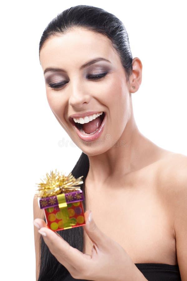 Ευτυχής γυναίκα με το παρόν στοκ εικόνα με δικαίωμα ελεύθερης χρήσης