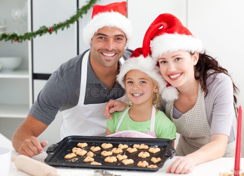Ευτυχής γυναίκα με το σύζυγο και την κόρη στοκ εικόνες