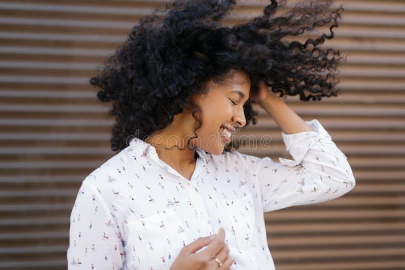 Ευτυχής γυναίκα με το φύσηγμα τρίχας στοκ εικόνες