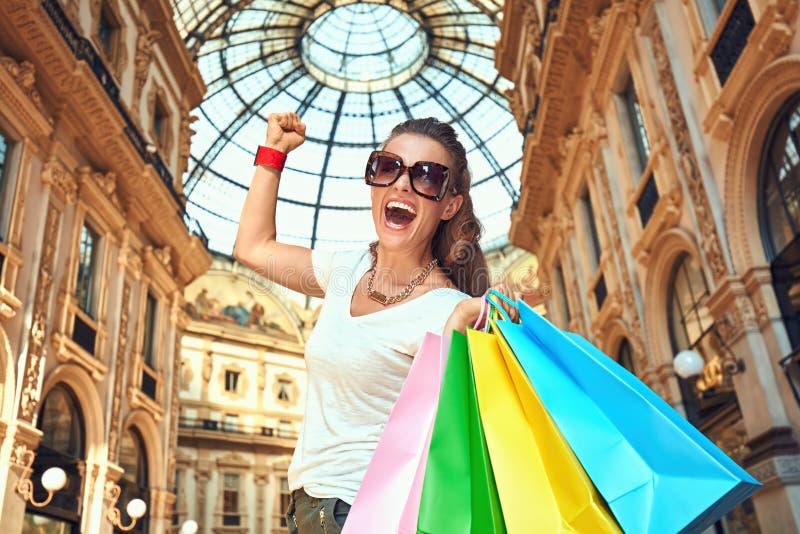 Ευτυχής γυναίκα μόδας με τις τσάντες αγορών που χαίρεται για Galleria στοκ φωτογραφία