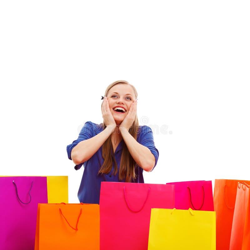 Ευτυχής γυναίκα πίσω από τις τσάντες αγορών στοκ εικόνες