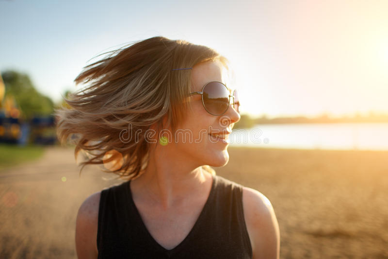 ευτυχής γυναίκα παραλιώ&n στοκ φωτογραφία με δικαίωμα ελεύθερης χρήσης