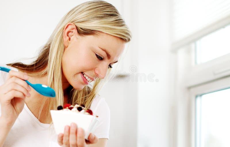 Ευτυχής γυναίκα που έχει ένα υγιές πρόγευμα στοκ εικόνες