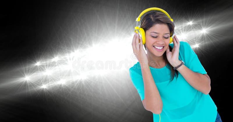 Ευτυχής γυναίκα που ακούει τη μουσική ενάντια στα φω'τα στοκ φωτογραφία