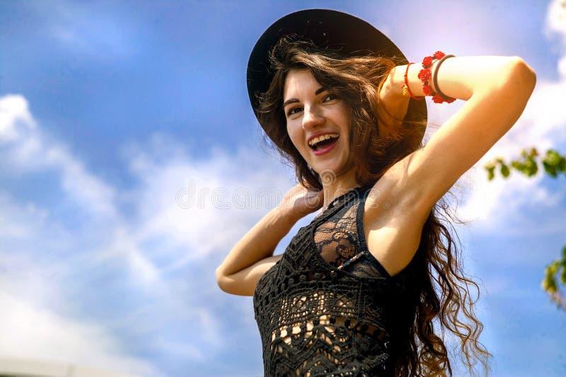 Ευτυχής γυναίκα που απολαμβάνει της ελευθερίας υπαίθριας στο υπόβαθρο ουρανού στοκ φωτογραφία με δικαίωμα ελεύθερης χρήσης