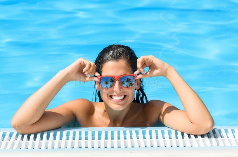 Ευτυχής γυναίκα που απολαμβάνει τη λίμνη στο τροπικό θέρετρο στο καλοκαίρι στοκ φωτογραφίες με δικαίωμα ελεύθερης χρήσης