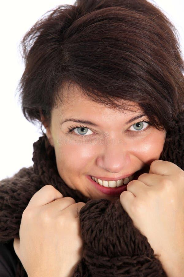 Ευτυχής γυναίκα που απολαμβάνει το χειμερινό καιρό στοκ εικόνα