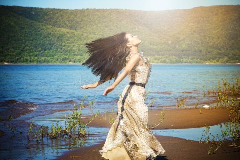 Ευτυχής γυναίκα που απολαμβάνει τη φύση στοκ εικόνα