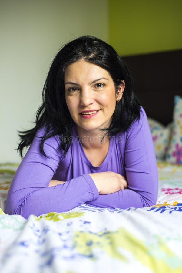 Ευτυχής γυναίκα που βρίσκεται στο κρεβάτι στοκ φωτογραφία με δικαίωμα ελεύθερης χρήσης