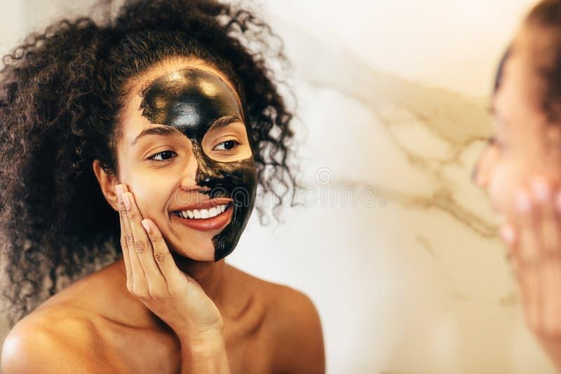 Ευτυχής γυναίκα που θαυμάζει το δέρμα της στοκ φωτογραφίες με δικαίωμα ελεύθερης χρήσης
