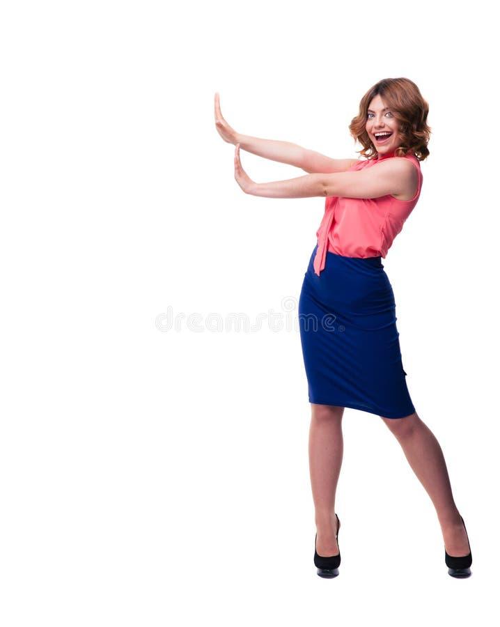 Ευτυχής γυναίκα που κάνει τη στάση να υπογράψει με τους φοίνικες στοκ φωτογραφίες με δικαίωμα ελεύθερης χρήσης