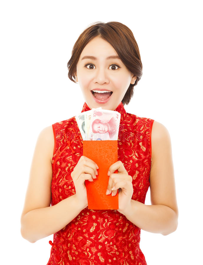 Ευτυχής γυναίκα που κρατά έναν κόκκινο φάκελο κινεζική καλή χρονιά στοκ εικόνα