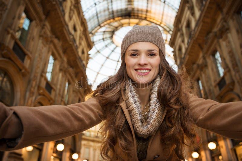 Ευτυχής γυναίκα που παίρνει selfie σε Galleria Vittorio Emanuele ΙΙ στοκ εικόνες με δικαίωμα ελεύθερης χρήσης