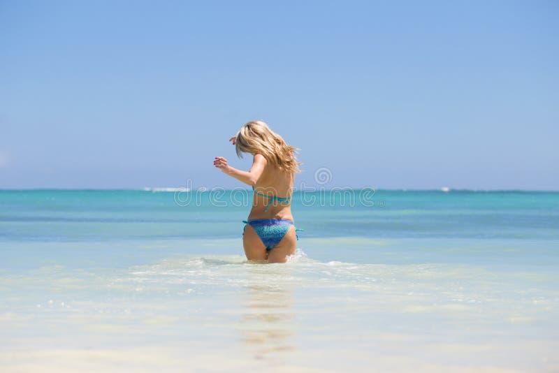 Ευτυχής γυναίκα που πηγαίνει να κολυμπήσει στον ωκεανό στοκ φωτογραφίες με δικαίωμα ελεύθερης χρήσης