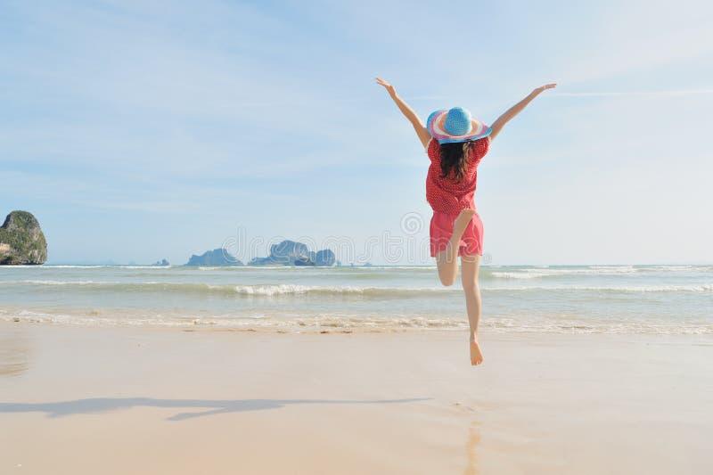 Ευτυχής γυναίκα που πηδά στην παραλία σε Krabi Ταϊλάνδη στοκ φωτογραφία