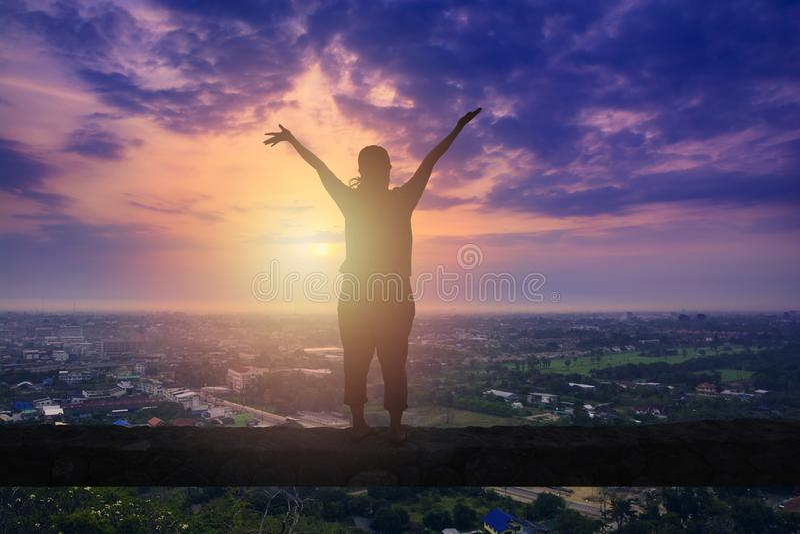 Ευτυχής γυναίκα που στέκεται στο δύσκολο ραβδί στοκ φωτογραφία με δικαίωμα ελεύθερης χρήσης