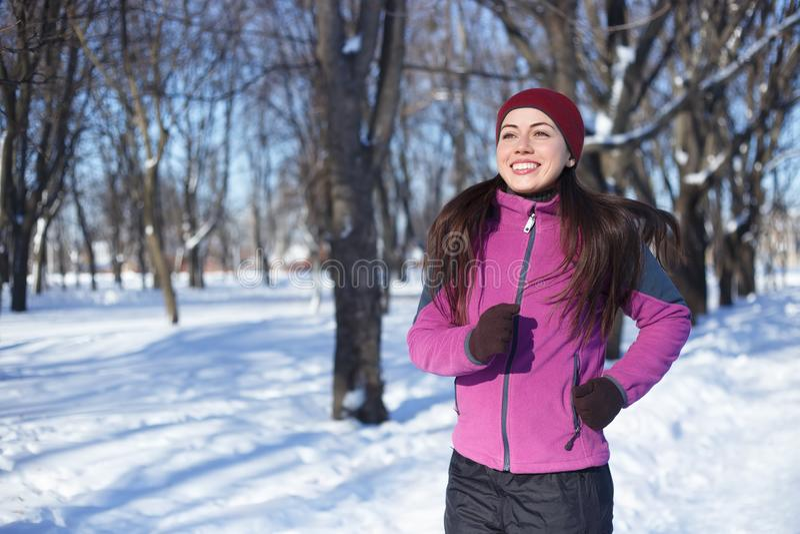 Ευτυχής γυναίκα που τρέχει το χειμώνα στοκ φωτογραφίες με δικαίωμα ελεύθερης χρήσης