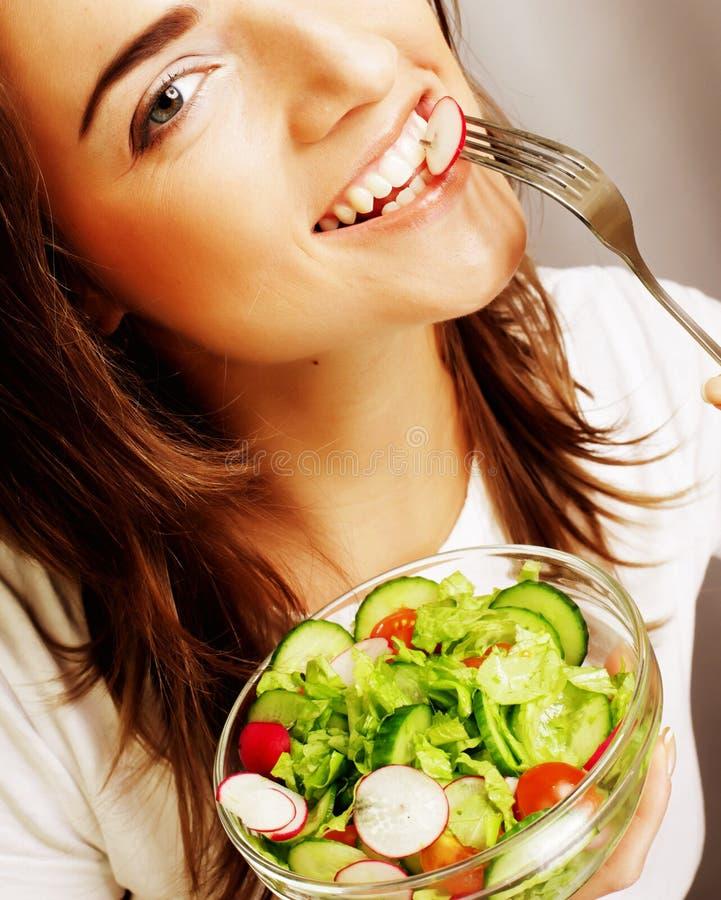 Ευτυχής γυναίκα που τρώει τη σαλάτα στοκ φωτογραφία