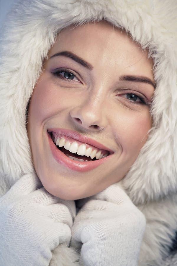 Ευτυχής γυναίκα που φορά μια γούνα ΚΑΠ στοκ φωτογραφίες με δικαίωμα ελεύθερης χρήσης
