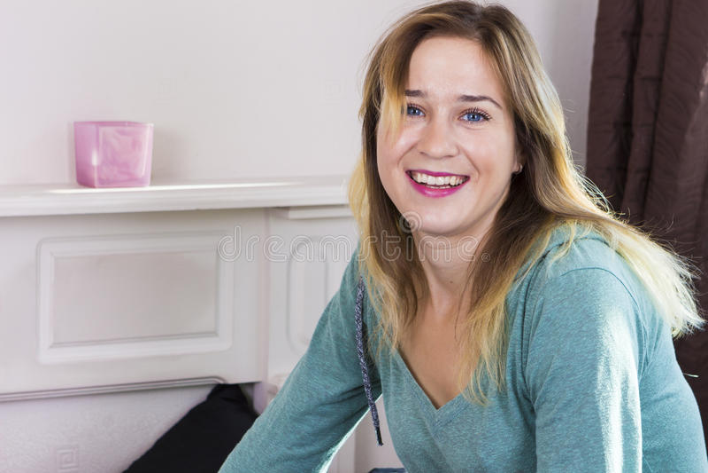 Ευτυχής γυναίκα που χαμογελά στην κρεβατοκάμαρα στοκ εικόνες με δικαίωμα ελεύθερης χρήσης