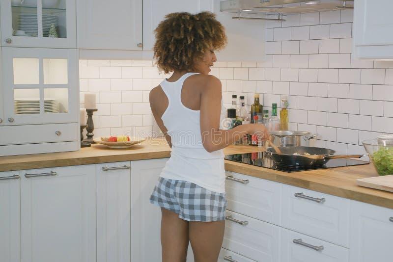 Ευτυχής γυναίκα που χορεύει στην κουζίνα στοκ φωτογραφίες με δικαίωμα ελεύθερης χρήσης