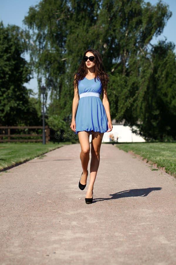 Ευτυχής γυναίκα σε ένα μπλε φόρεμα στην οδό Στοκ Εικόνες