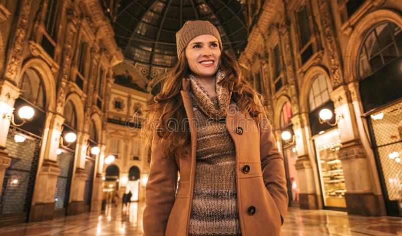 Ευτυχής γυναίκα σε Galleria Vittorio Emanuele ΙΙ και να κοιτάξει κατά μέρος στοκ εικόνες