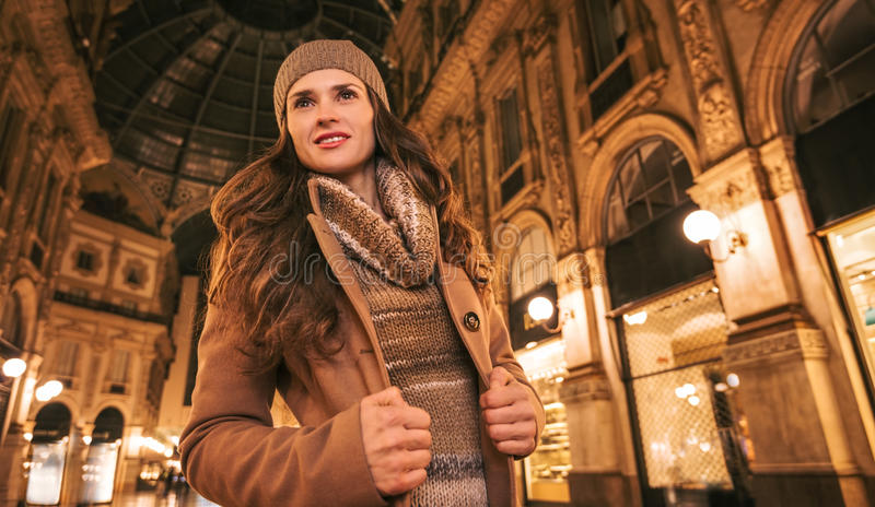 Ευτυχής γυναίκα σε Galleria Vittorio Emanuele ΙΙ και να κοιτάξει κατά μέρος στοκ φωτογραφία με δικαίωμα ελεύθερης χρήσης
