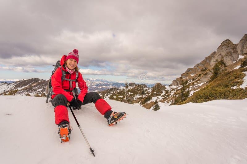 Ευτυχής γυναίκα στα βουνά στοκ φωτογραφία