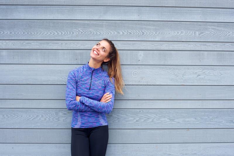 Ευτυχής γυναίκα στα ενδύματα workout που ανατρέχει στοκ εικόνες