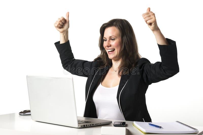 Ευτυχής γυναίκα στην αρχή με τους αντίχειρες επάνω στοκ φωτογραφία