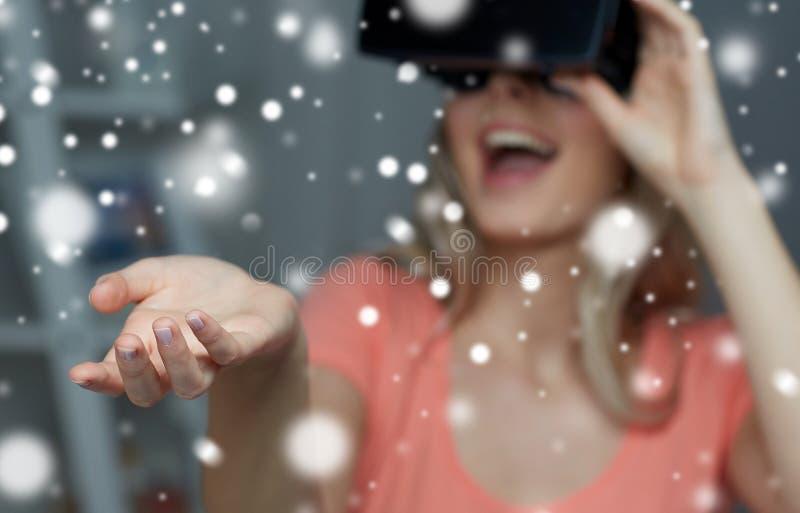 Ευτυχής γυναίκα στην κάσκα ή τα γυαλιά εικονικής πραγματικότητας στοκ φωτογραφίες