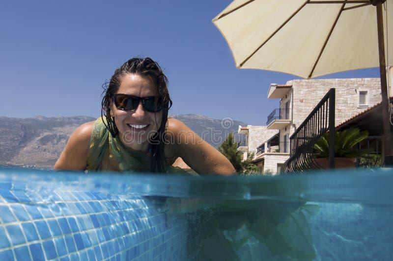 Ευτυχής γυναίκα στην πισίνα στοκ εικόνες