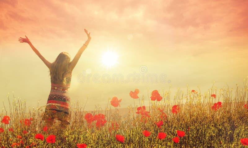 Ευτυχής γυναίκα στις παπαρούνες στοκ εικόνα με δικαίωμα ελεύθερης χρήσης