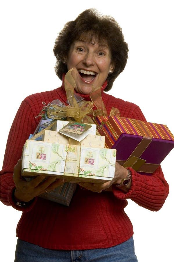 ευτυχής γυναίκα στοιβών δώρων στοκ φωτογραφία