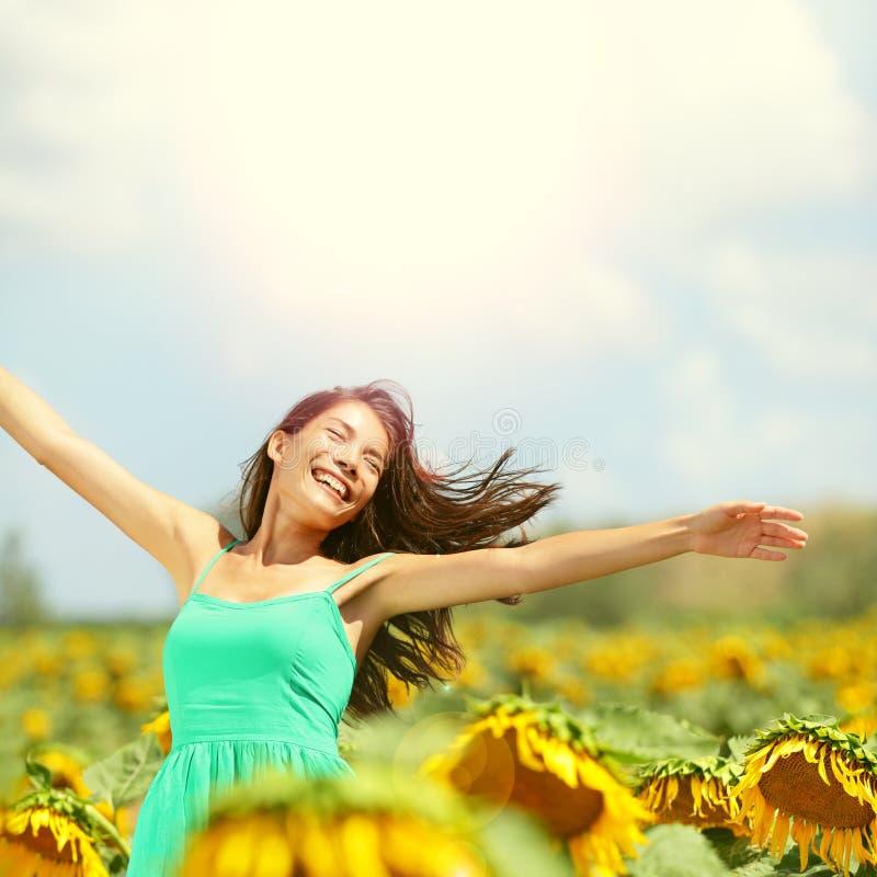 Ευτυχής γυναίκα στον τομέα ηλίανθων στοκ φωτογραφία με δικαίωμα ελεύθερης χρήσης