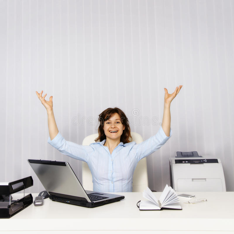 Ευτυχής γυναίκα στο γραφείο στοκ εικόνες