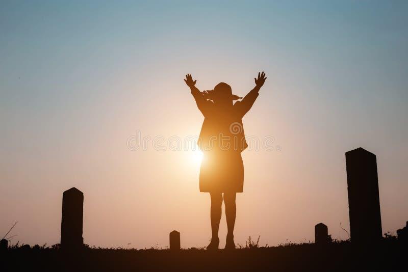 Ευτυχής γυναίκα στο ηλιοβασίλεμα στη φύση το καλοκαίρι με τα ανοικτά χέρια στοκ φωτογραφίες με δικαίωμα ελεύθερης χρήσης