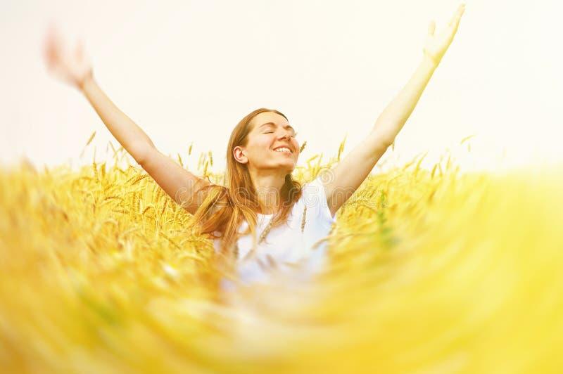 Ευτυχής γυναίκα στο λιβάδι. στοκ φωτογραφίες