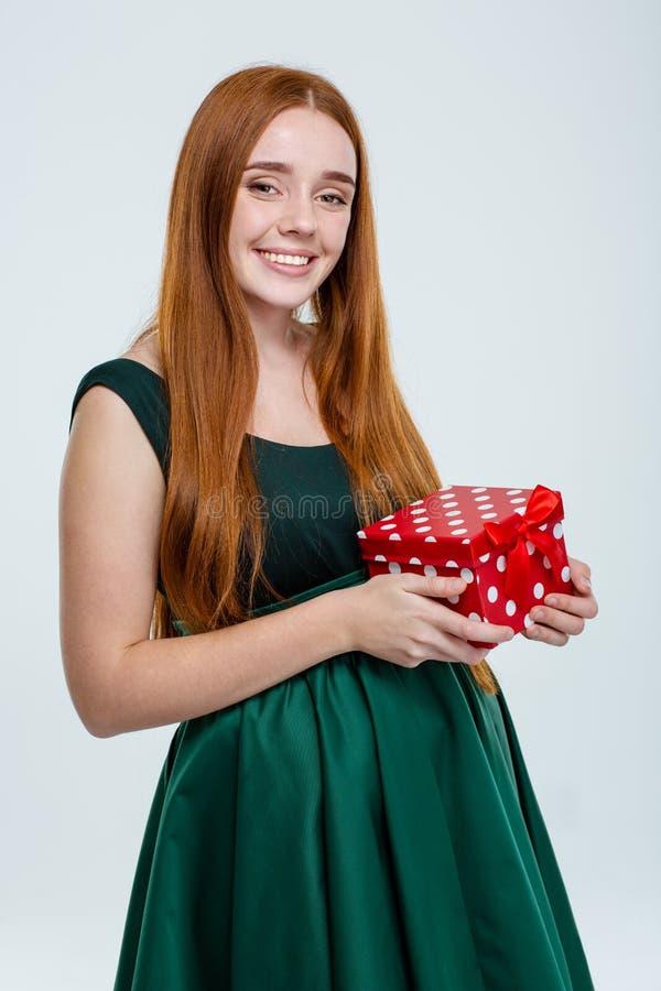 Download Ευτυχής γυναίκα στο κιβώτιο δώρων εκμετάλλευσης φορεμάτων Στοκ Εικόνες - εικόνα από πρόσωπο, camera: 62721510