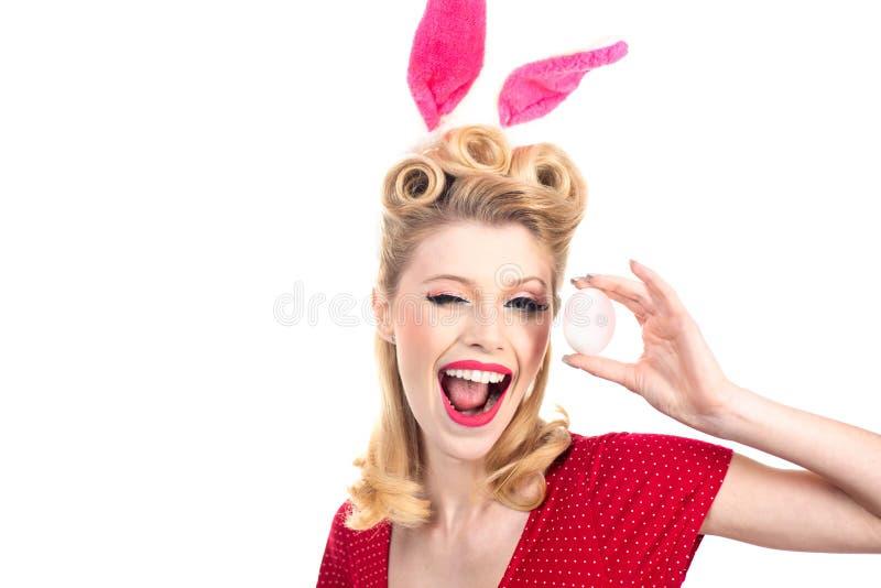 Ευτυχής γυναίκα στο κλείσιμο του ματιού αυτιών λαγουδάκι Το φιλί και κλείνει το μάτι Πρότυπο που ντύνεται προκλητικό στο λαγουδάκ στοκ εικόνα