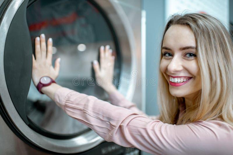 Ευτυχής γυναίκα στο πλυντήριο στοκ εικόνα με δικαίωμα ελεύθερης χρήσης