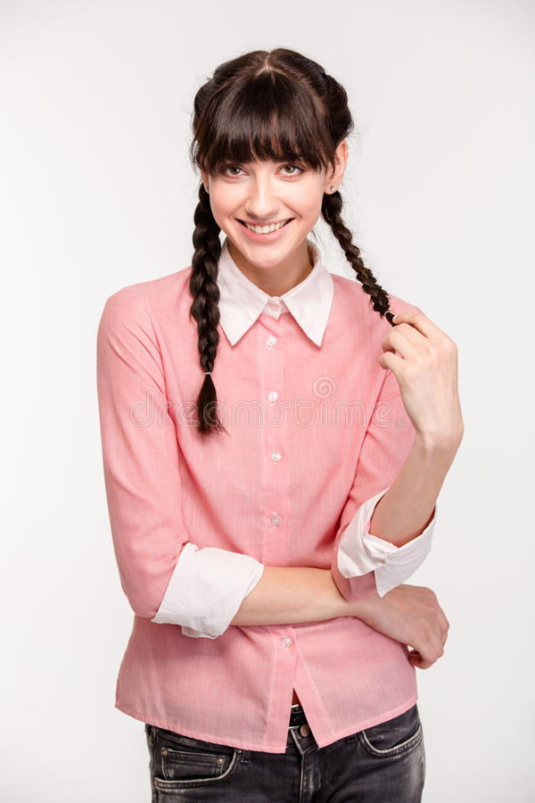 Download Ευτυχής γυναίκα στο ρόδινο πουκάμισο που εξετάζει τη κάμερα Στοκ Εικόνα - εικόνα από καυκάσιος, αρκετά: 62720319