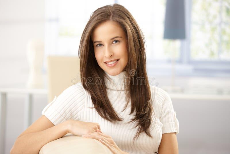 Ευτυχής γυναίκα στο σπίτι στοκ φωτογραφία με δικαίωμα ελεύθερης χρήσης
