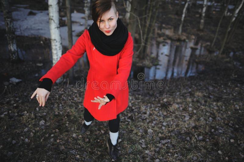 Ευτυχής γυναίκα στο σύνολο χαμόγελου κινήσεων πετάγματος του δασικού ευρασιατικού θηλυκού προτύπου χαράς και ζωτικότητας την άνοι στοκ φωτογραφία με δικαίωμα ελεύθερης χρήσης