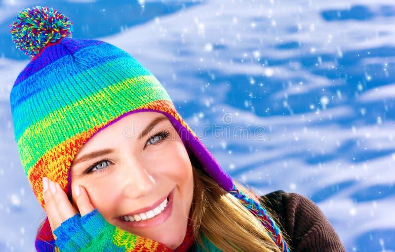 Ευτυχής γυναίκα στο wintertime στοκ εικόνες